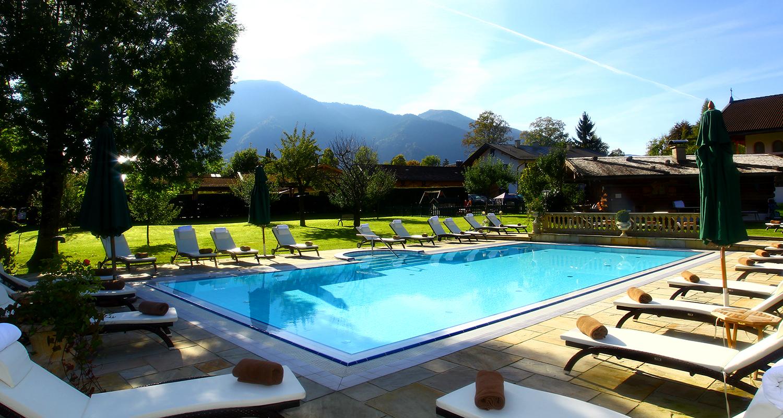Der Pool im Garten vom Hotel Maier zum Kirschner